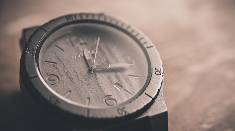 Dřevěné hodinky jsou moderní a podezřele lehké!