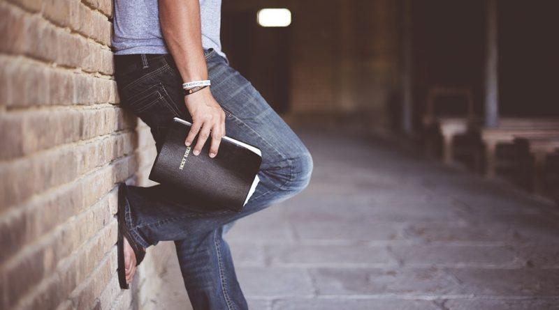 Současná móda se vrací ke zvonovým kalhotám