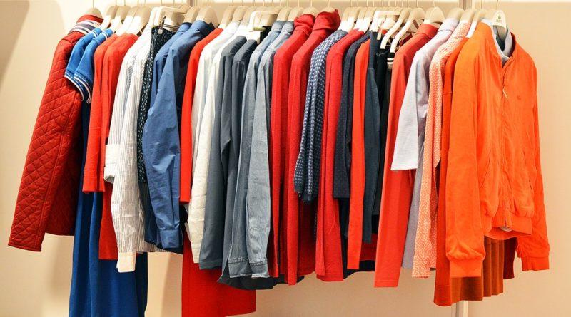 Barvy, které by měly aktuálně zdobit váš šatník!